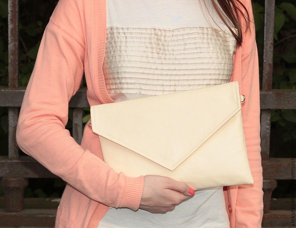 Клатч - это не только модный аксессуар, но еще и очень удобная сумочка.